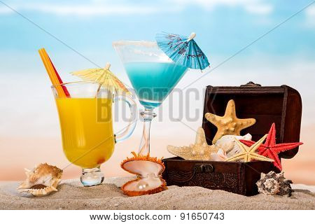 Tropical cocktails and starfishes on beach