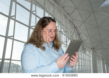 Woman reading a surprise on your tablet