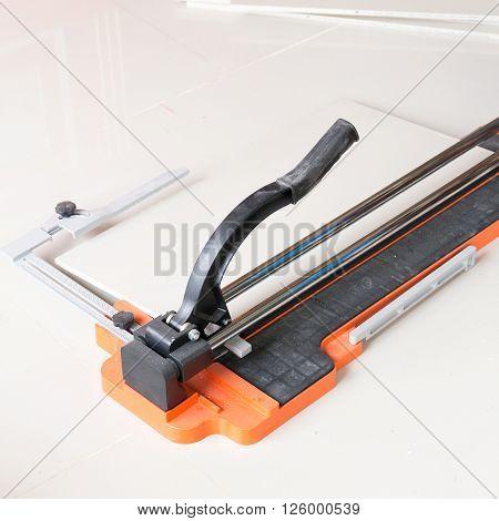 Ceramic tile cutting process using a manual cutter