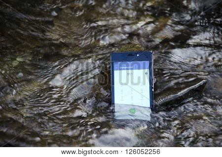 Mobile phone under water, with emergency call