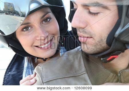 Pareja paseando en motocicleta