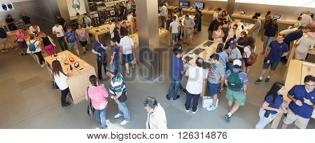 People In The Apple Store On The Fifth Avenue In Manhattan.