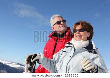 Pareja Senior en montaña