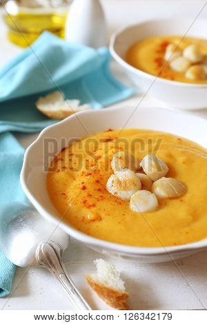 Vegetable cream soup with scallops and oil