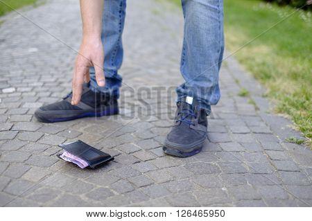Man losing his wallet and picking up