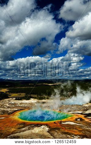 Majestic grand prismatic pool steem basis guyser yellowstone tourist sight seeing tour
