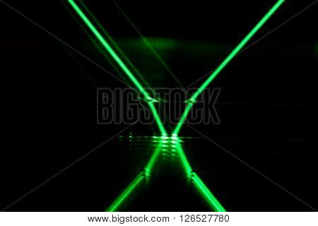 Reflection of a green laser on a mirror.