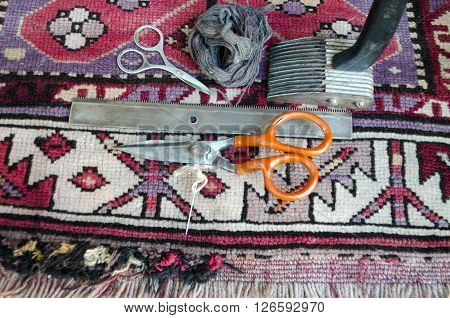 Tools for the restoration of the old of worn woolen carpet