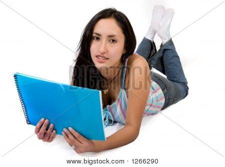 Casual Student lesen auf dem Boden
