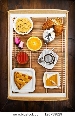 some deliciuos food in the breakfast tray
