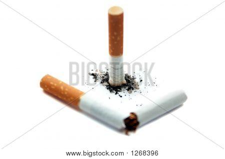 Cigarrillo roto. Centrarse en la ceniza