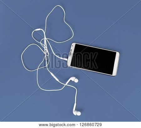 the white earphones for using with digital music or smart phone