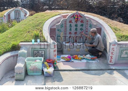 CHONBURI, THAILAND - APRIL 2 : Thai people praying Ancestor Worshipping with Sacrificial offering in the Qingming Festival at Jing Gung Cemetery on April 2, 2016 in Chonburi, Thailand.