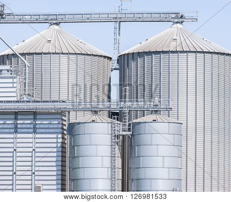 Storage facility cereals and production of biogas; silos and drying towers