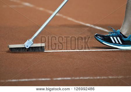 Broom tool for tennis clay court maintenance