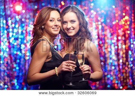 Grupo tiro de mulheres jovens, celebrando seu amigo '?casar com s, festa da galinha