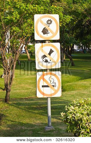 Do Not Throw Rubbish Sign In The Park