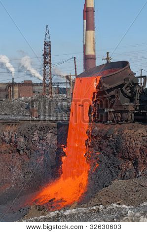 The molten steel is poured into the slag dump.