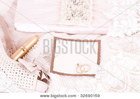 Modische Handtasche mit Perlen, Parfüm-Flaschen und Schnürsenkel