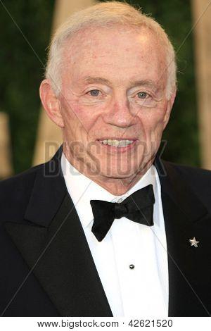 WEST HOLLYWOOD, CA - 24 de fevereiro: Jerry Jones no Vanity Fair Oscar Party no Sunset Tower em fevereiro