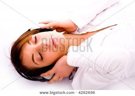 Seite Pose Frau liegend Erdgeschoss auf Musik abgestimmt