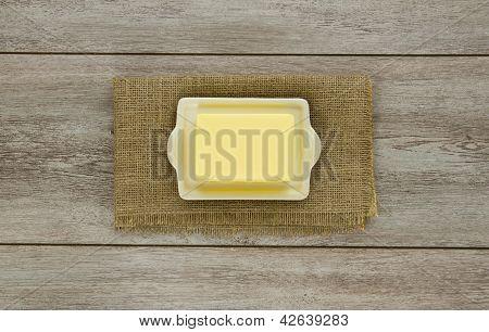 Butter auf Teller mit Sackleinen