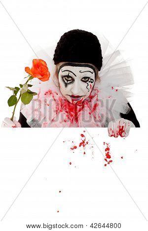 Temível palhaço com Rose parece sobre uma borda