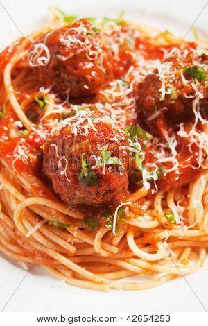 Frikadellen mit Tomaten-Sauce und Spaghetti-Nudeln, Tiefenschärfe