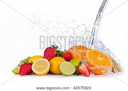 Frutas frescas com respingos de água, isolado no fundo branco