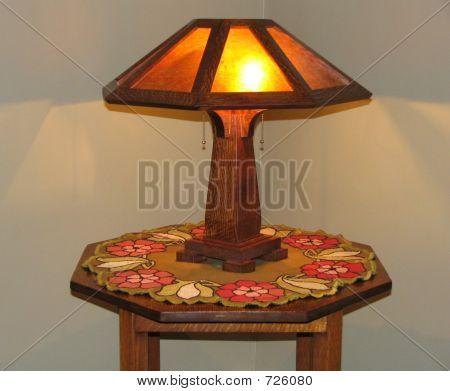 Tablejpg y lámpara de Artes y oficios