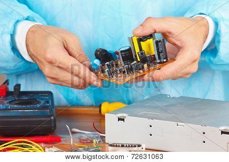 Master servicing electronic hardware in service workshop