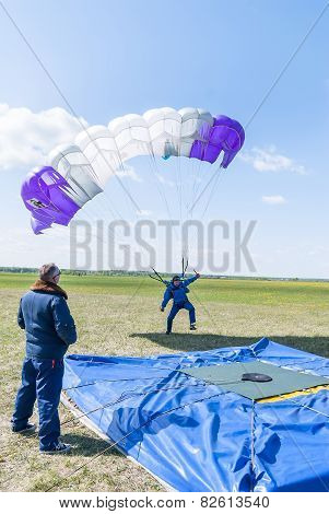 Parachutist missed by landing point