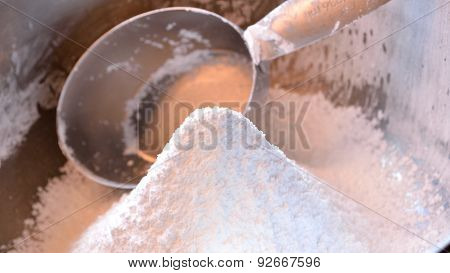 Confectioner's Sugar Widescreen With Measuing Cup