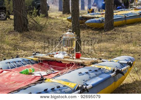 Catamarans dry on a halt during the rafting