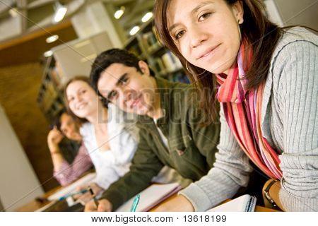 Hochschule oder Universität Studenten an die Bibliothek studieren