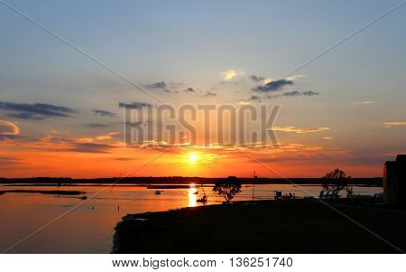 Photo beautiful scenic sunset on the river in the evening