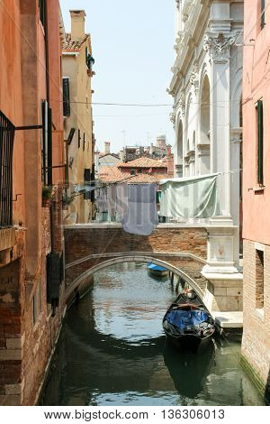 Venetian narrow canal through which a rope strung with drying laundry.