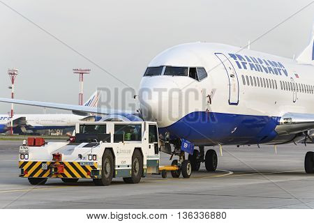Boeing 737 Transaero Towed To The Runway.