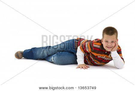 Junge trendige bunte t-Shirts, auf Boden, stützte sich auf der Seite liegend lächelnd tragen. Isoliert auf weißem bac