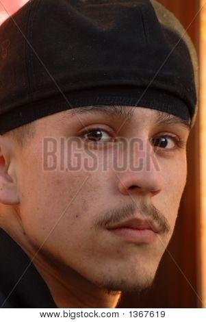 Um close de um membro da gangue Latino olhando temível