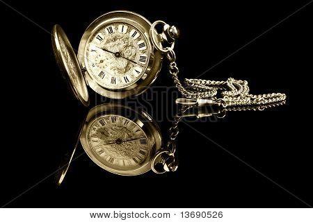 antiguo reloj de bolsillo con reflexión