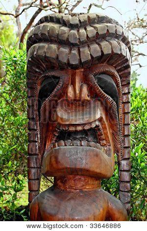 Tiki escultura em madeira