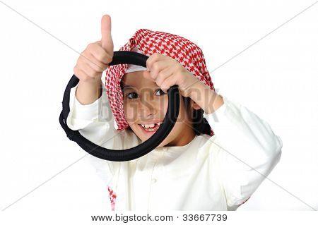 Feliz menino árabe