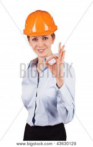 Mädchen In einen Helm zeigt, dass alles O.k.