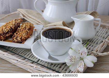 Rabanadas com nozes e canela e uma xícara de café