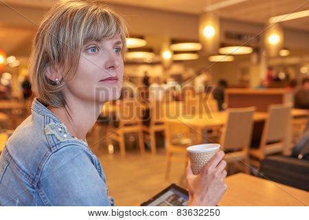 Woman sitting in the cafe