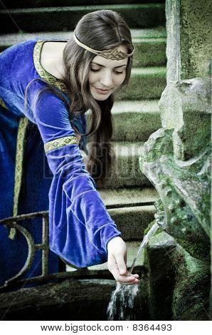 mittelalterliche Mädchen alten Frühjahr
