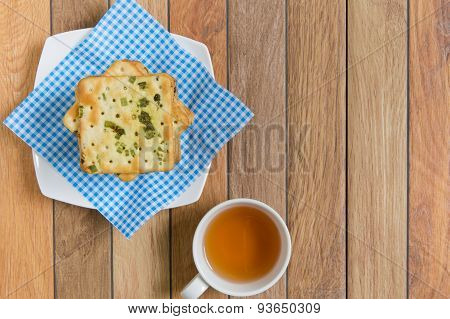 Crackers with vegetable flakes