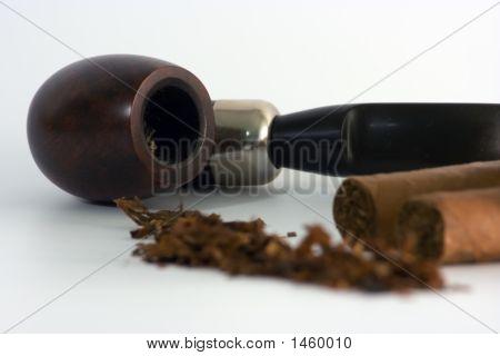 Rohr mit unscharf Zigarren und Tabak