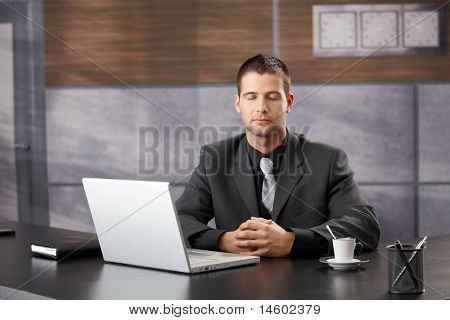 Top-Manager in elegant Büro, meditieren sitting at Desk.?